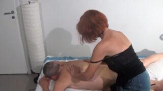 Massaggiatrice matura spompina il cliente