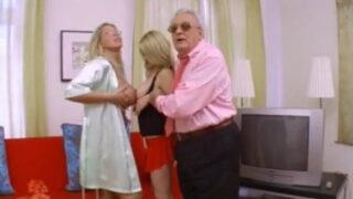Vecchio insegna a due porno tettone italiane come si scopa